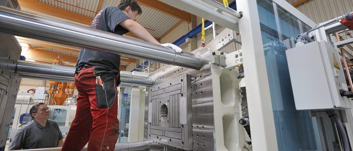 Magnetplattenmontage in Spritzgussmaschine